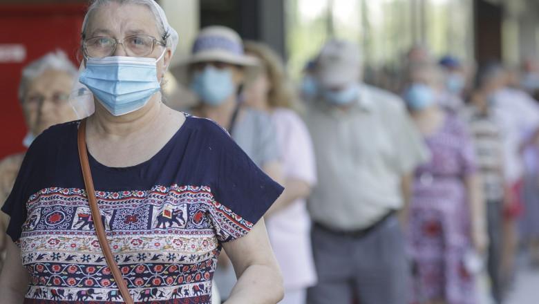 oameni-cu-masca-de-protectie-pe-strada-masti-sanitare-bucuresti-coronavirus-inquam-ganea (3)