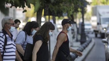 oameni-cu-masca-de-protectie-pe-strada-masti-sanitare-bucuresti-coronavirus-inquam-ganea (4)