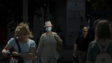 oameni-cu-masca-de-protectie-pe-strada-masti-sanitare-bucuresti-coronavirus-inquam-ganea (5)