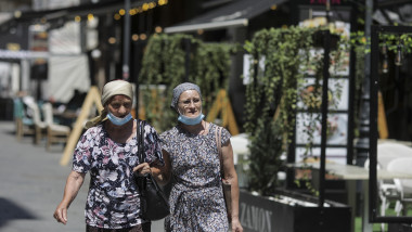 oameni-cu-masca-de-protectie-pe-strada-masti-sanitare-bucuresti-coronavirus-inquam-ganea (8)