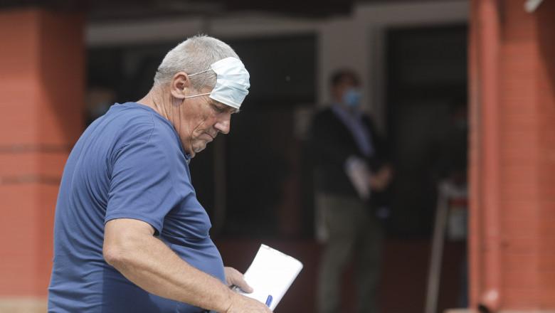 Bărbat în vârstă cu masca de protecție așezată pe frunte