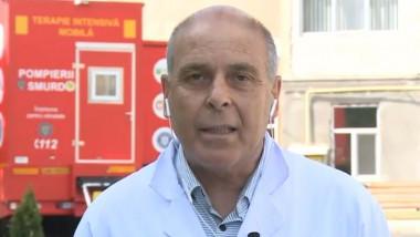 Medicul Virgil Musta, in timpul unui interviu in curtea spitalului de Boli Infectioase din Timisoara
