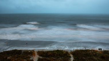 Furtuna Isaias a redevenit uragan de categoria 1 chiar înainte de a lovi coastele Carolinei de Nord