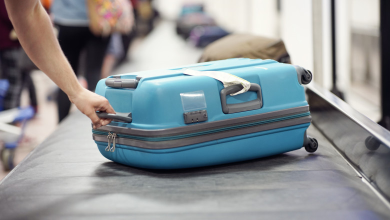 valiza pe banda de bagaje a aeroportului
