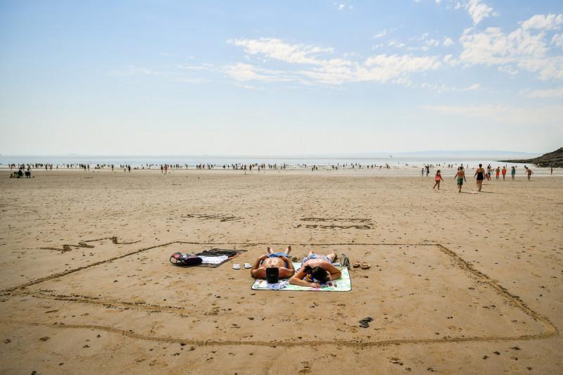 măsuri distanțare fizică la plajă împotriva COVID-19