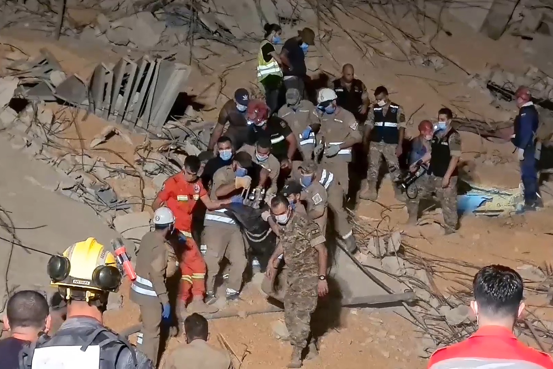Un barbat din Beirut a fost gasit in viata de salvatorii voluntari dupa mai bine de 15 ore sub daramaturi