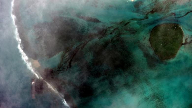 imagini din satelit cu tancul petrolier eșuat în largul coastelor insulei Mauritius și cu pata de petrol care a poluat apele Oceanului Indian