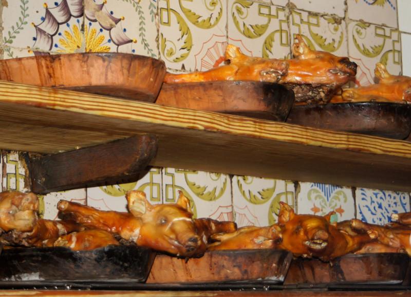 purceluşi de lapte preparaţi în bucătăria celui mai vechi restaurant din lume - Botino, Madrid, Spania