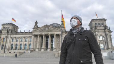 Bărbat cu mască coronavirus în Germania