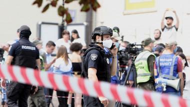 Un bărbat care susţine că are o bombă în rucsac s-a baricadat într-o bancă din Kiev, împreună cu directoarea sucursalei