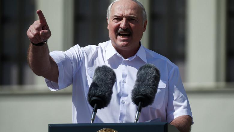 Aleksandr Lukasenko gestioneaza furios in timp ce tine un discurs in fata sustinatorilor