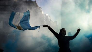 Mii de argentinieni manifestează împotriva izolării