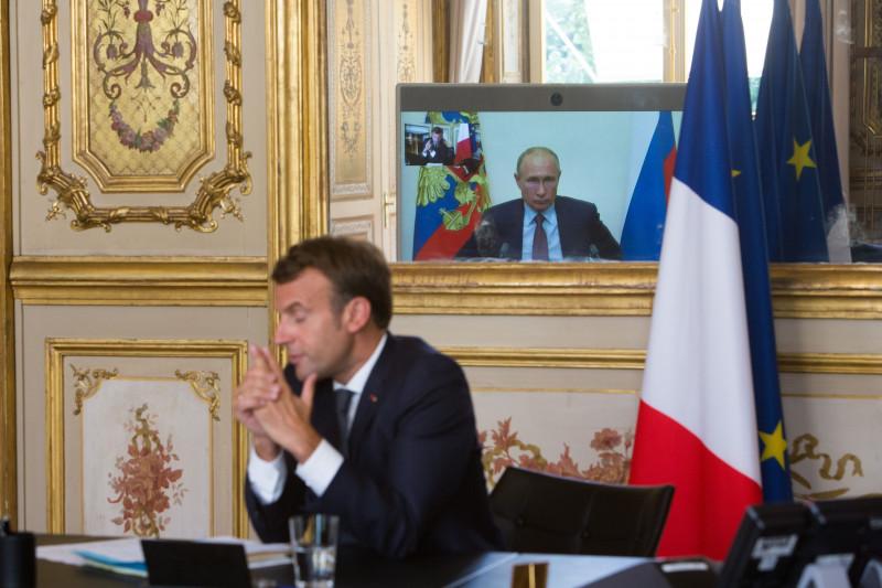Emmanuel Macron în videoconferință cu Vladimir Putin