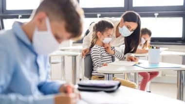 OMS pledează pentru menţinerea deschisă a şcolilor şi crede că izolarea poate fi evitată