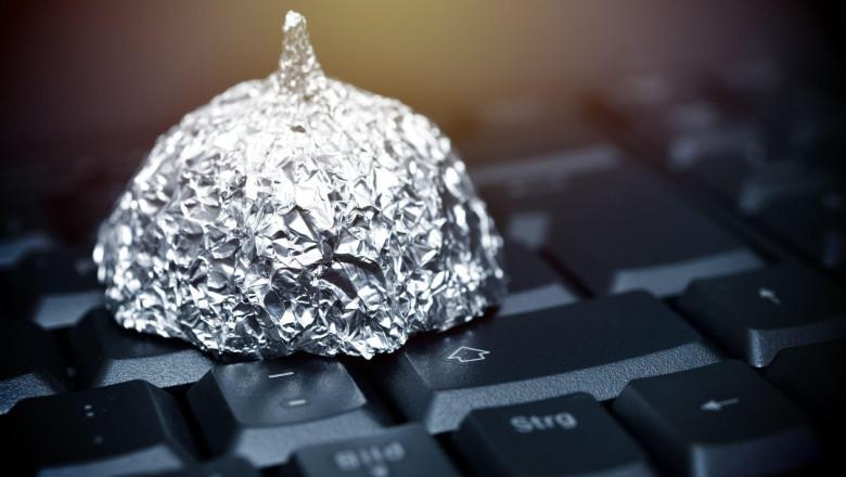 folie de aluminiu pe tastatura, simbol al teoriilor conspirației pe net