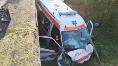 O ambulanță care transporta un pacient cu COVID-19 a căzut de pe un pod. Patru persoane, accidentate