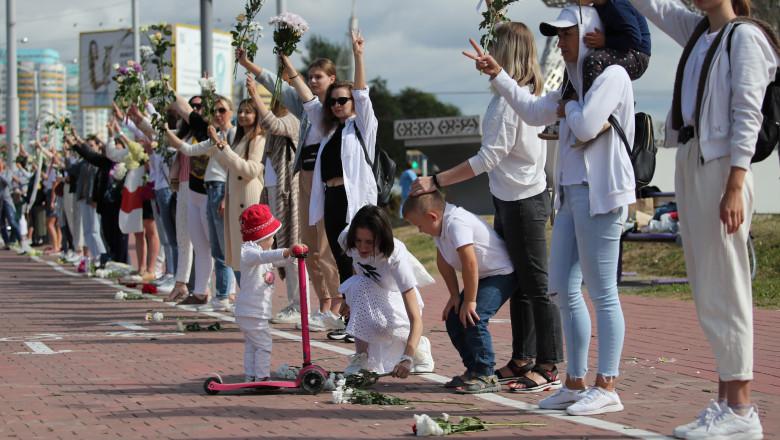 Tot mai multe lanţuri umane se formează la Minsk împotriva reprimării protestelor
