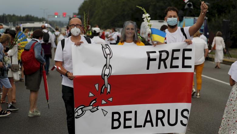 """Cetățenii din țările baltice """"şi-au dat mâna"""" formând un lanţ uman până la granița cu Belarus, în semn de solidaritate cu protestatarii"""