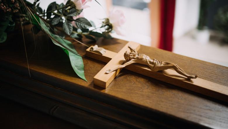 O femeie declarată moartă de către paramedici, a fost găsită în viață într-o casă funerară dintr-un oraș american