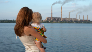Mamă cu copil poluare fabrică