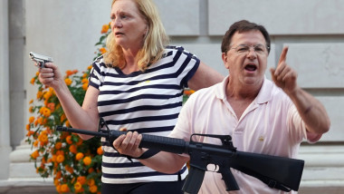 Mark și Patricia McCloskey, amenințând protestatari BLM cu arme