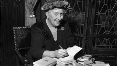 agatha christie dand autografe in franta GettyImages-3207367