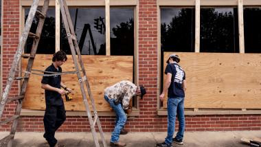"""Uraganul """"mortal"""" Laura se apropie de statele Louisiana și Texas. Zonele de coastă ar putea fi invadate de o maree catastrofală"""