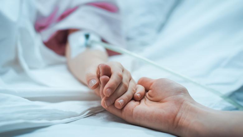copil in spital tinut de mana