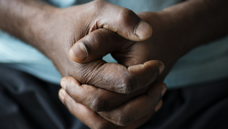 Un barbat din Uganda se roaga.
