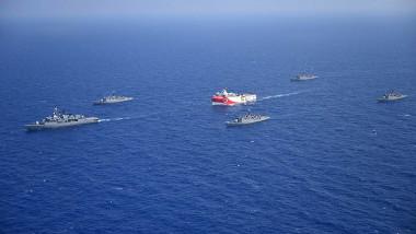 Nava de explorări marine Oruc Reis, escortată de nave militare ale Turciei. Foto: Profimedia Images
