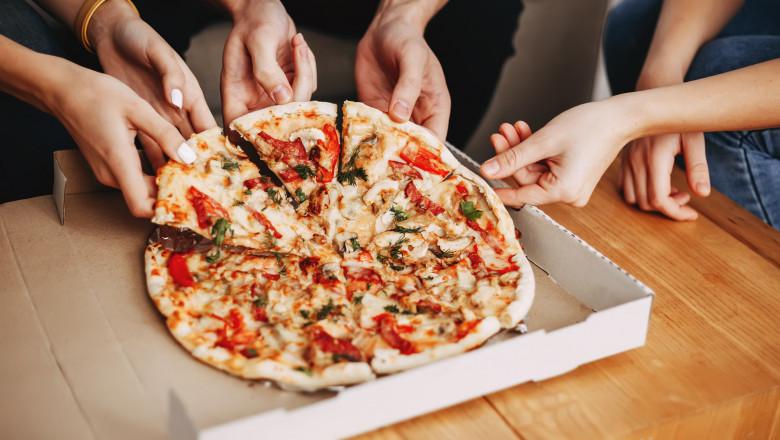 Românii au comandat pizza în cantităţi industriale cât timp au stat în casă în pandemie