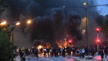 Ciocniri violente între protestatari și polițiști într-un oraș din Suedia după ce un Coran a fost ars de extremiști