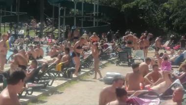 Aglomeratie la piscina din Băile Herculane