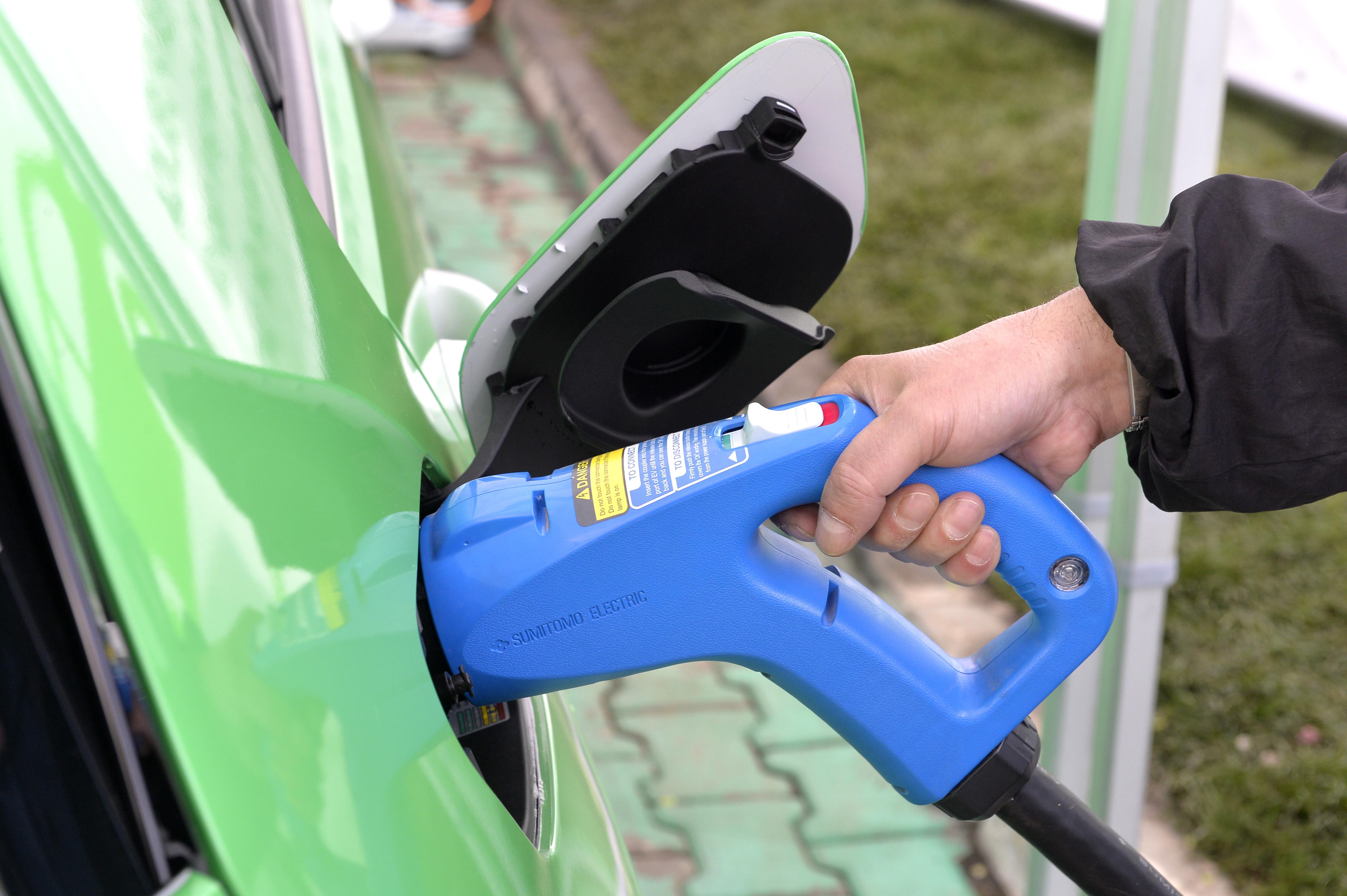 Raport: UE trebuie sa accelereze instalarea staţiilor de incarcare a automobilelor electrice