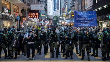 O fetiță de 12 ani a fost trântită la pământ și arestată în timpul protestelor din Hong Kong
