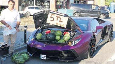 Un bărbat care, săptămâna trecută, și-a oprit Lamborghiniul de peste 500.000 de euro la marginea unui drum aglomerat din Turcia și a început să vândă din portbagaj pepeni, a fost amendat de poliție.