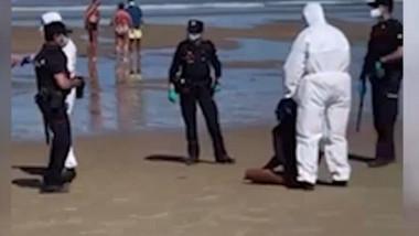 O femeie a fost arestată pe plajă, în Spania, după ce a ieșit în larg să facă surf chiar dacă era infectată cu coronavirus