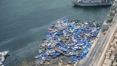 Bărci ale migranților, abandonate în portul din Lampedusa