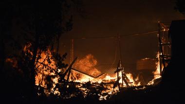 Un incendiu puternic a distrus cea mai mare tabără de migranți din Grecia