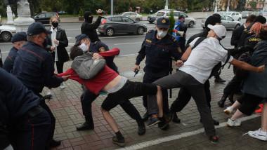 După muncitori, sute de studenți au ieșit în stradă, în Minsk, pentru a cere demisia președintelui Lukașenko