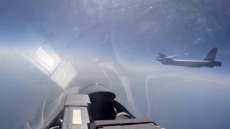 avion B 52 american interceptat de avioane de vânătoare rusești Suhoi 27
