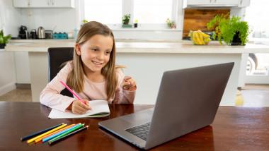 Scoala online eleva in fata laptopului