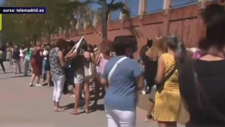 Profesorii stau la coada in Madrid pentru a se testa gratuit pentru covid inainte de inceperea scolii