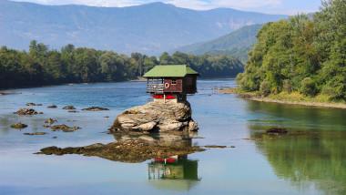 Cabana izolata pe o stâncă in mijlocul apei