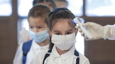 Elevul care își dă masca jos la școală trebuie să știe că riscă să i se scadă nota la purtare, a spus vineri ministrul Educației, Monica Anisie
