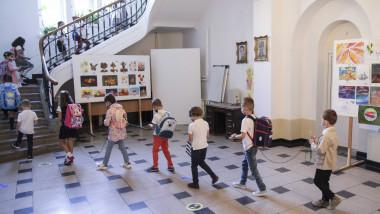 Medicul pediatru Mihai Craiu spune că, dacă regulile sunt respectate, iar activitatea școlară este organizată în grupe mai mici, școlile pot fi ținute deschise în zonele unde se poate