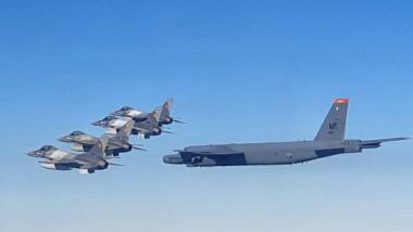 avioane F 16 ale României alături de un bombardier american B 52