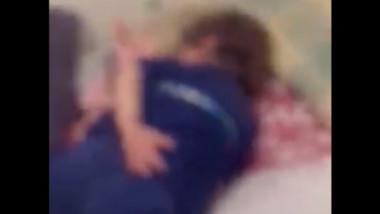 Femeia care s-a filmat în timp ce-și bătea și tortura copilul a fost reținută