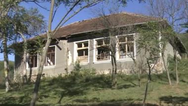 O fostă școală dintr-un sat din județul Bihor a ajuns astăzi adăpost pentru oi.