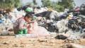 copil sarac cauta in gunoi saracie copiii
